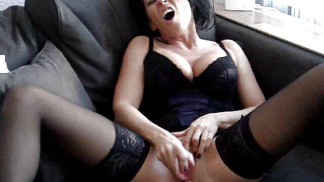 آنیتا بیکینی خود را در عکس کس لیسی خفن می آورد و بیدمشک اصلاح شده خود را استمنا می کند